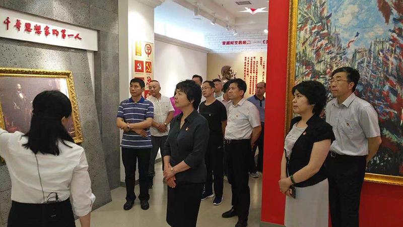 省文化厅马少红厅长参观展馆.jpg